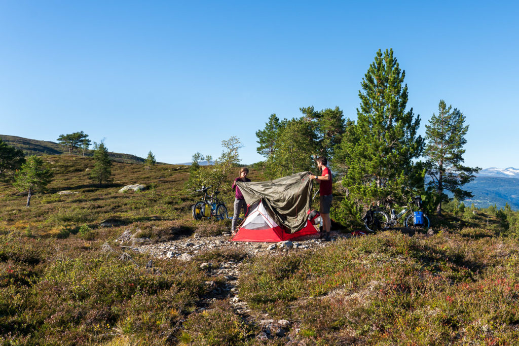 Johanna & Armand pitching the tent on Utvikfjellet