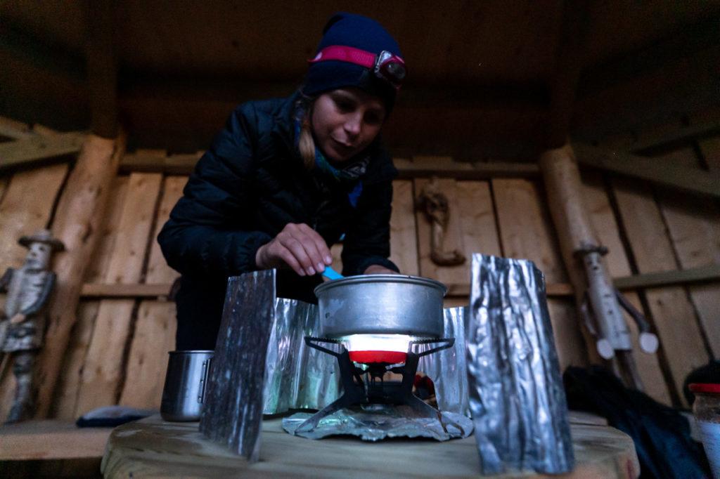 Johanna cooking at Bjørndalskleiva shelter, Nygårdsjøen